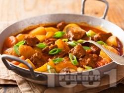 Яхния с телешко варено-задушено месо, картофи и моркови - снимка на рецептата